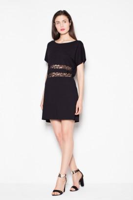 Krátke čierne voľné šaty s čipkovými pásmi model 77228 VT