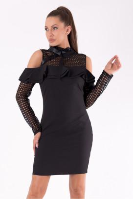 Krátke čierne púzdrové dpoločenské šaty s odhalenými ramenami a perforovanými rukávmi model 119507 yS