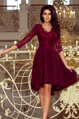 210-1 Krátke vínové spoločenské šaty s asymetrickou nariasenou sukňou a čipkovaným vrchom