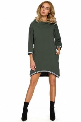Krátke zelené šaty s kapucňou a vreckami s lemovaním okolo krku a rukávov model 125361 mE