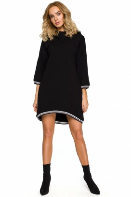 Krátke čierne šaty s kapucňou a vreckami s lemovaním okolo krku a rukávov model 125362 mE