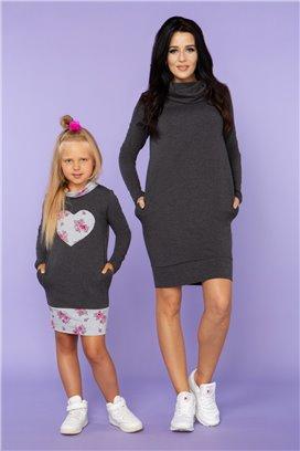 MMD23-4 Tmavošedé športové šaty so šedým kvietkovaným srdiečkom - dcérka