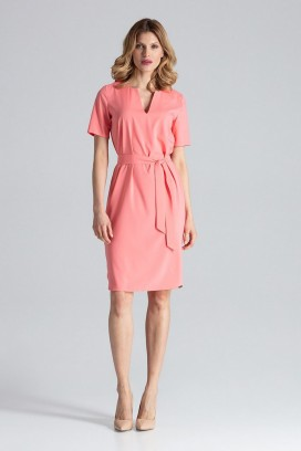 Krátke broskyňové púzdrové šaty s opaskom model 132462 fl