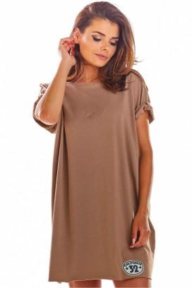 Krátke hnedé voľné športové šaty s krátkymi rukávmi model 133717 iy