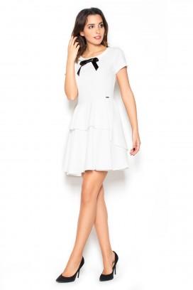 Krátke biele šaty s volánmi a čiernou mašličkou model 60167 KS